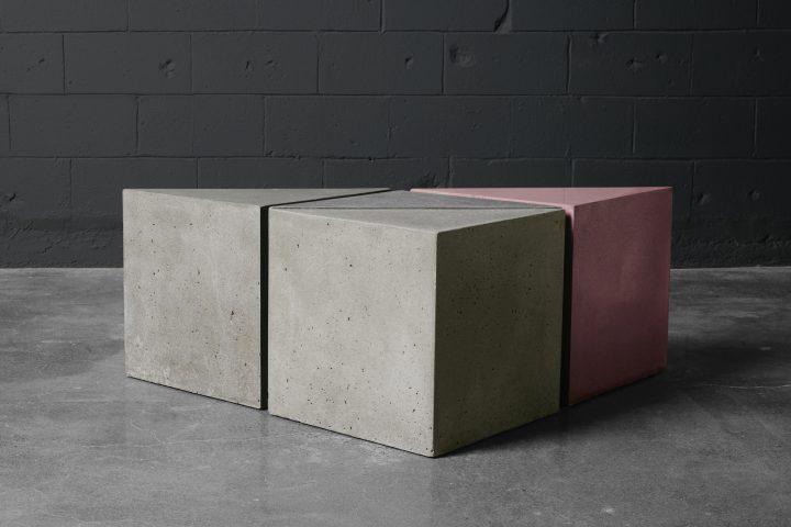 Une table triangle en béton